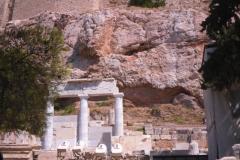 По пути наверх много древних построек