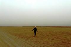 Человек в огромной пустыне. Я