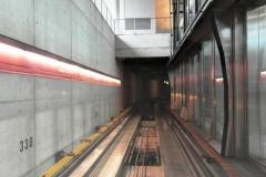 Поезд без водителя внутри аэропорта. Детская привычка сразу занять самое крутое место