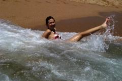 Когда в воде ни одного камешка, почему бы не поваляться в волнах?
