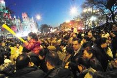 Веселая толпа в ожидании шествия