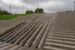 Лестница из парка к мосту