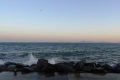 Приятные закаты, волны разбиваются о камни