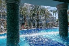 Бар в бассейне за водопадом