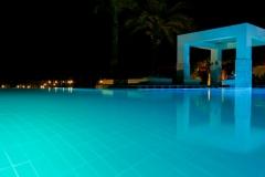 Бассейн с морской водой ночью
