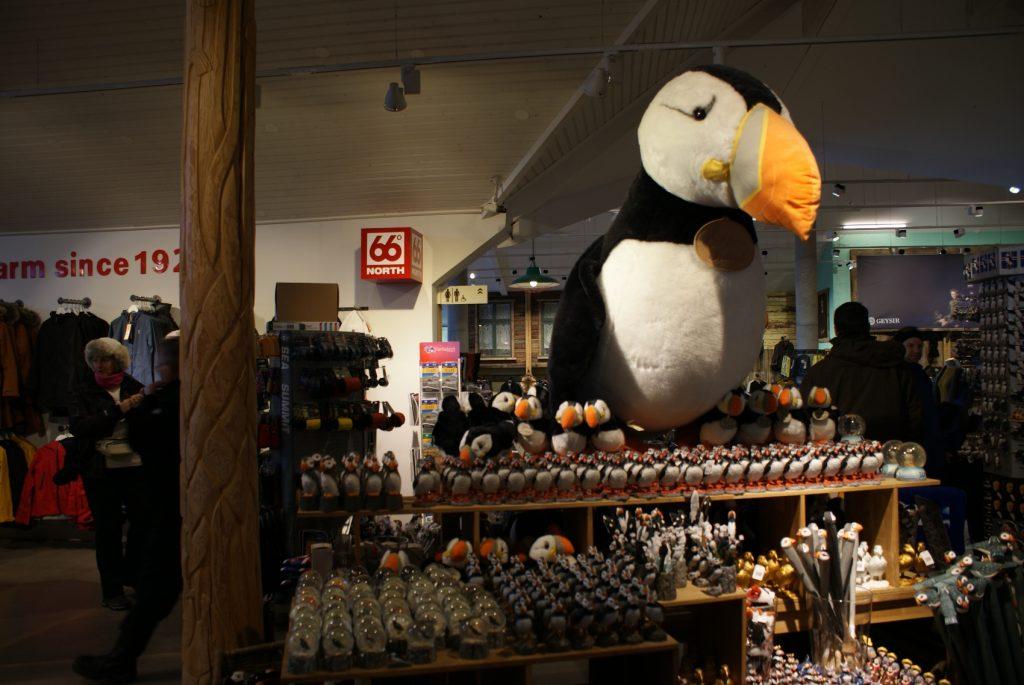 Зашли погреться. Куча одежды из натуральных материалов, много тупиков (это не пингвин!), много вулканических поделок