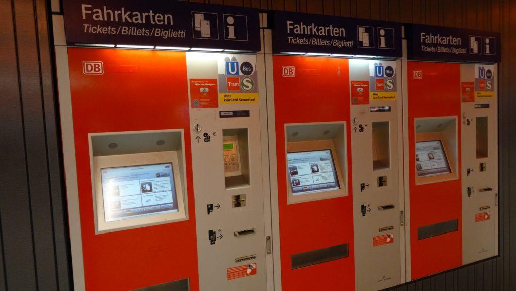 Автоматы для покупки билетов. Есть разные языки