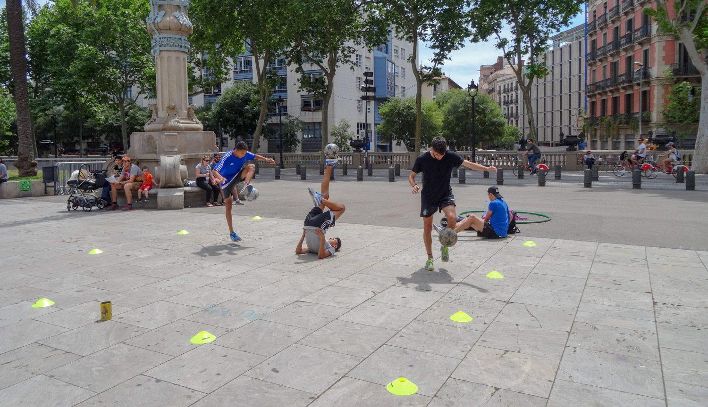 Около парка молодые люди очень круто тренируют футбольные навыки