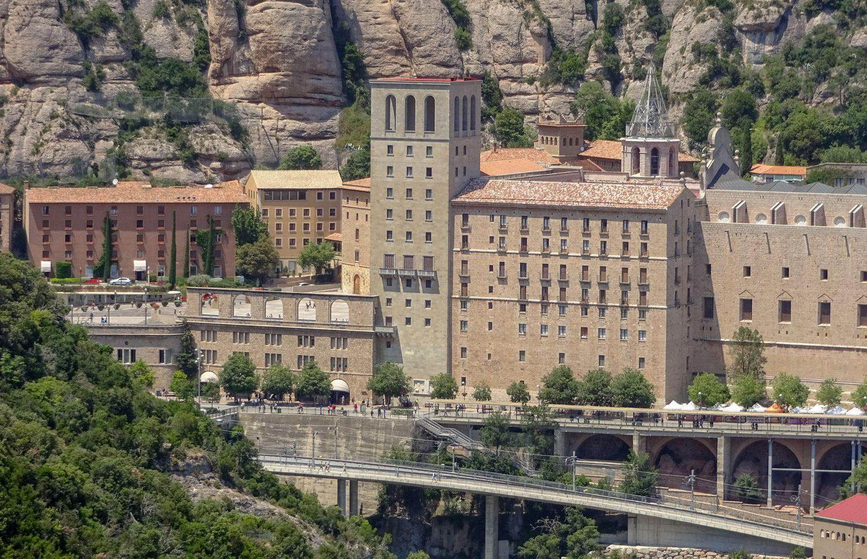 А сам монастырь - на высоте 725 метров