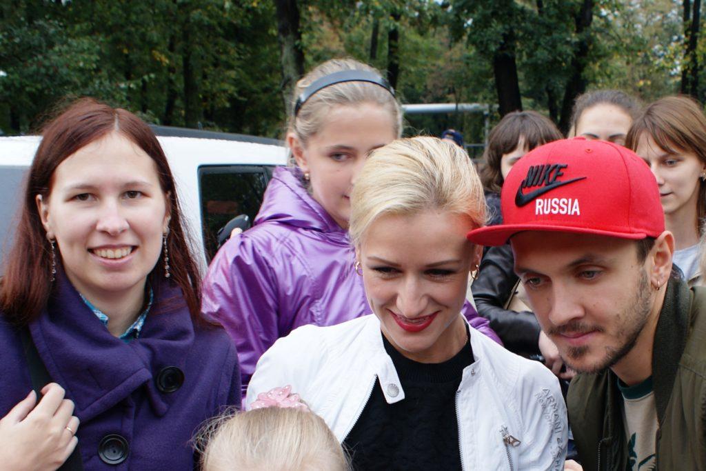 С двукратными олимпийскими чемпионами Татьяной и Максимом. И детками. Фоткались одновременно на 5 камер, поэтому все в разные стороны смотрят, это типично))