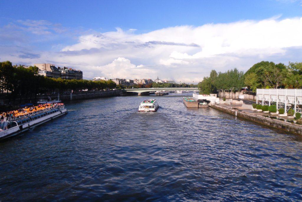 Люблю города с реками, озерами, морями и т.д. :)