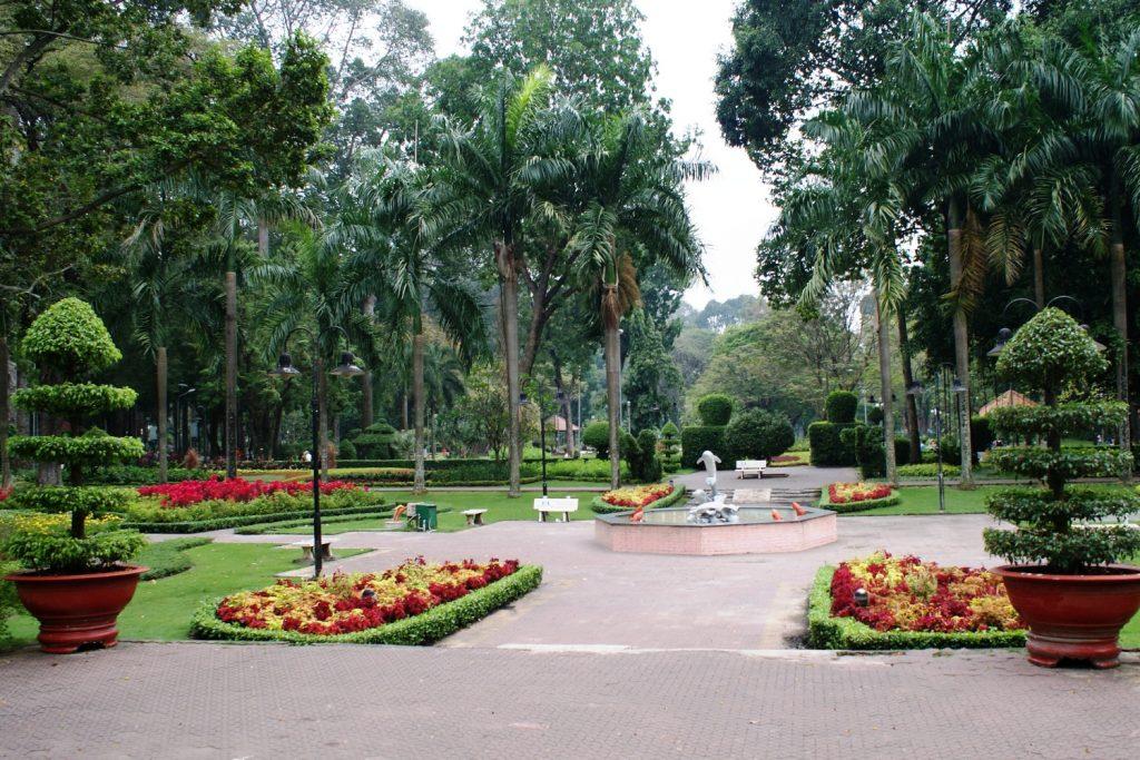 Яркий и чистый парк в Хошимине