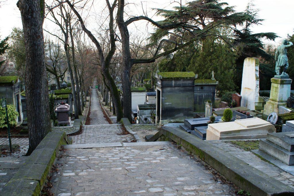 Кладбище очень аккуратное