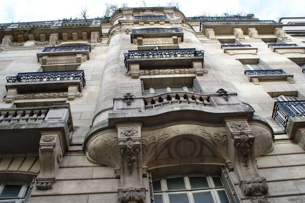 Типичные балкончики Парижа
