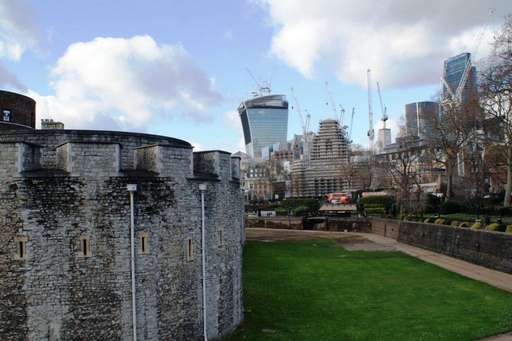 Слева - кусочек Тауэра, справа - вполне современные здания