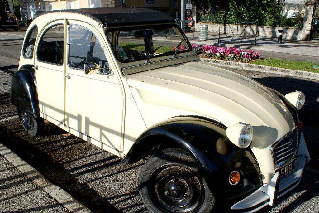 Старинный автомобильчик