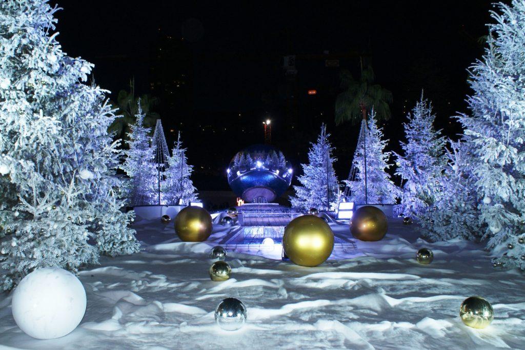 Новогодняя сказка в центре города. А на заднем плане пальмы