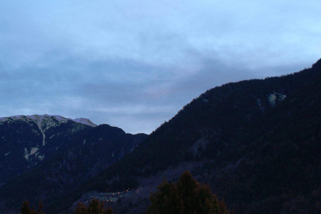 Горы и огонечки где-то вдали....