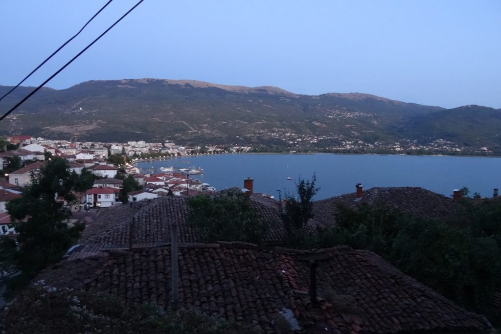 Вид сверху на Охридское озеро