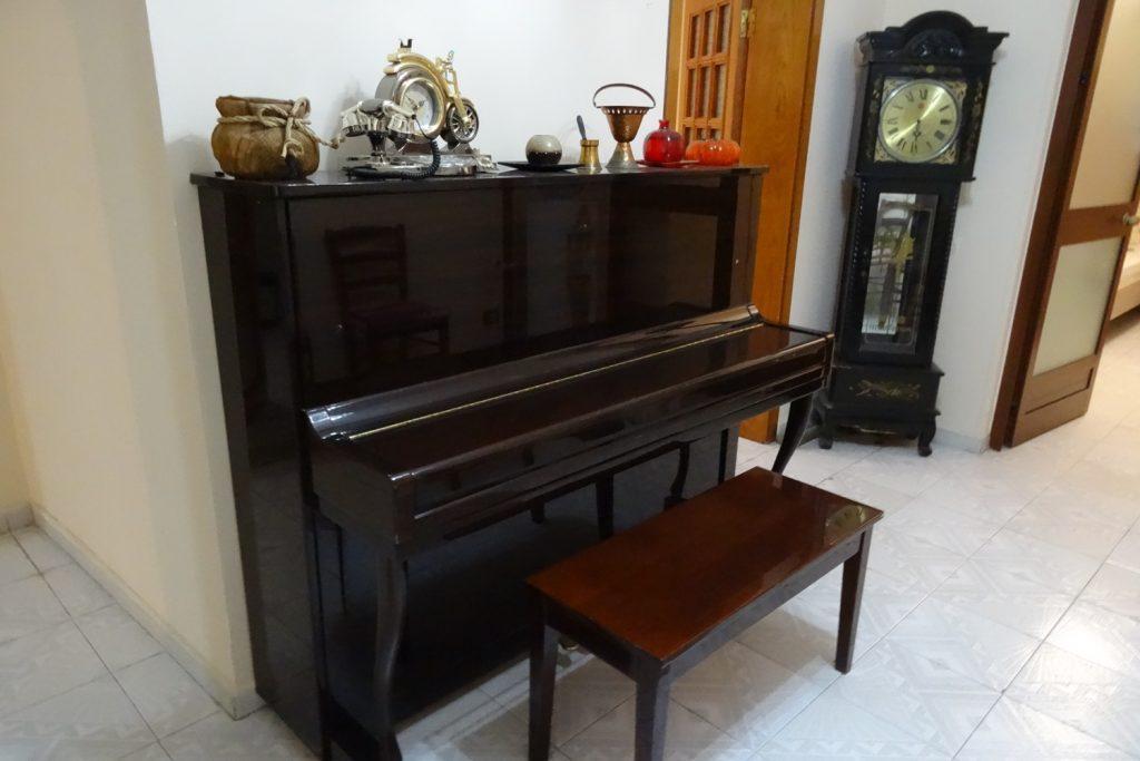 А это очень внезапно! Наше жилье... Настоящее старое пианино, часы... Я прямо дачу вспомнила