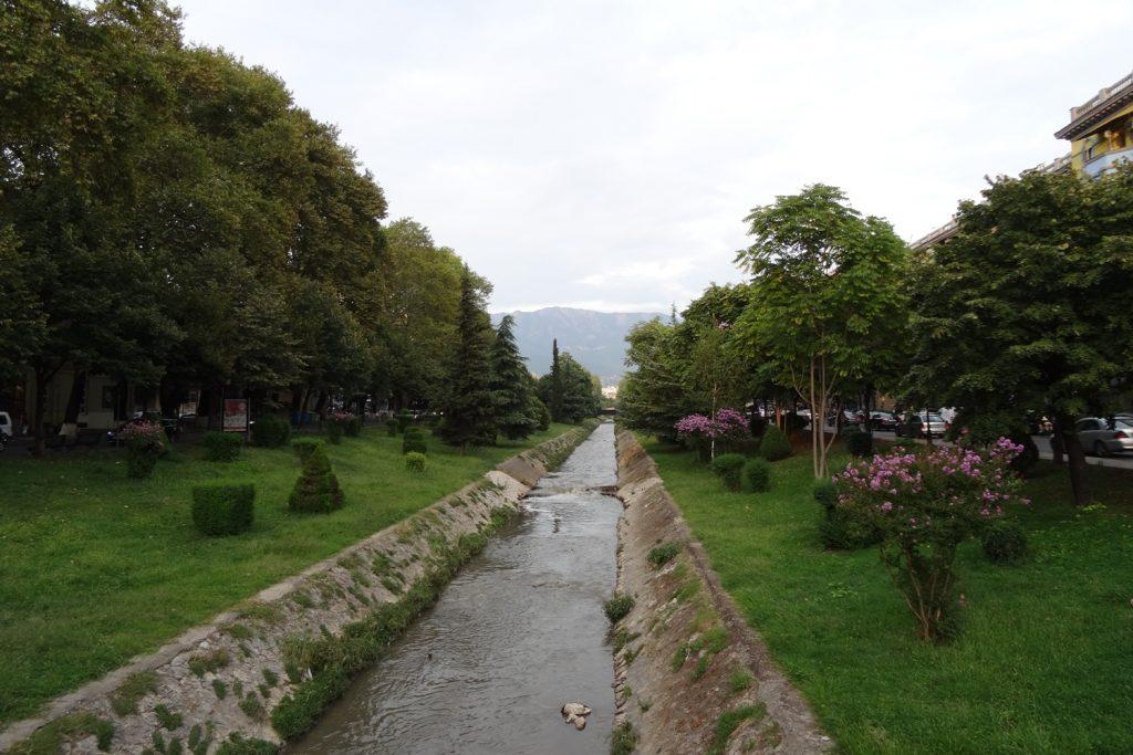 Канал, вокруг много зелени
