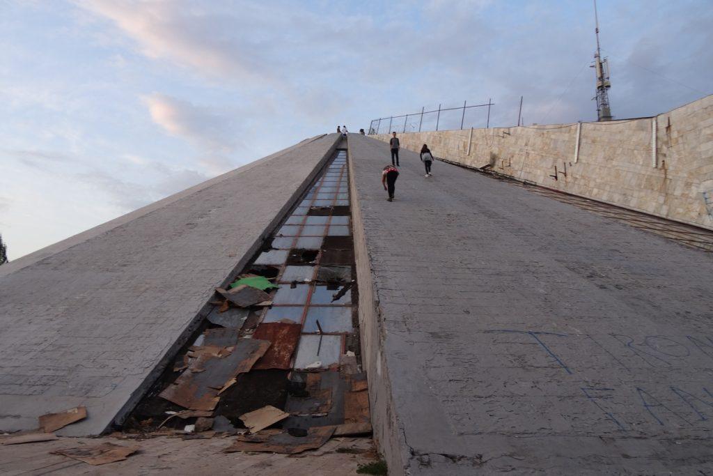 Упорные люди взбираются на Пирамиду