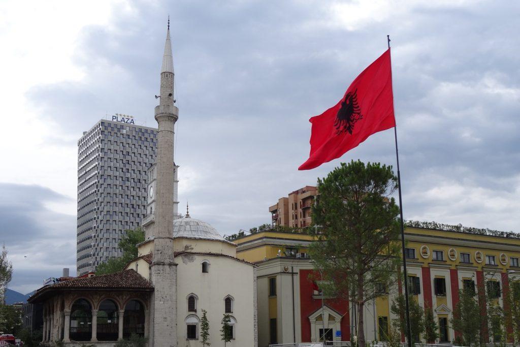 Все в одном. Мечеть, отель, флаг, деревья, старые постройки и новые...