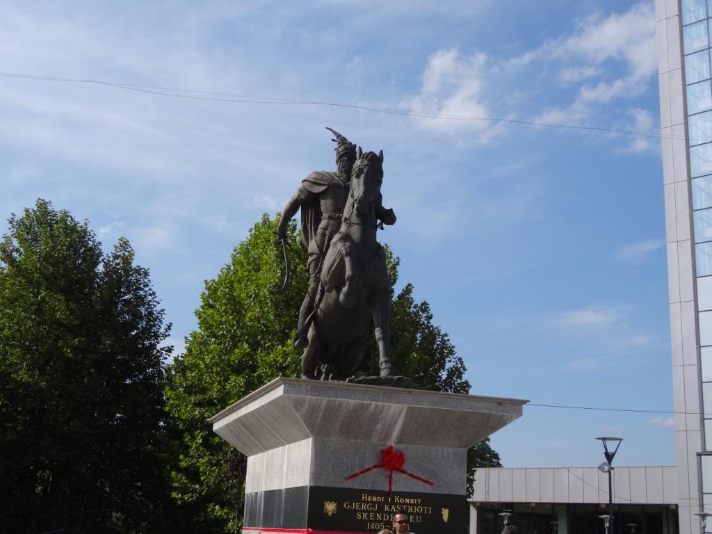 Памятник Скандебергу - албанскому герою XV века
