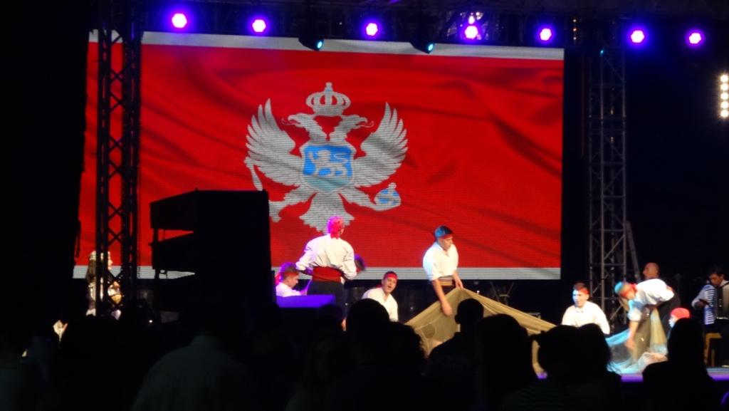 В один из вечеров попали на международный фестиваль. Точного названия не знаю, но были танцы и песни, исполняемые коллективами из соседних стран