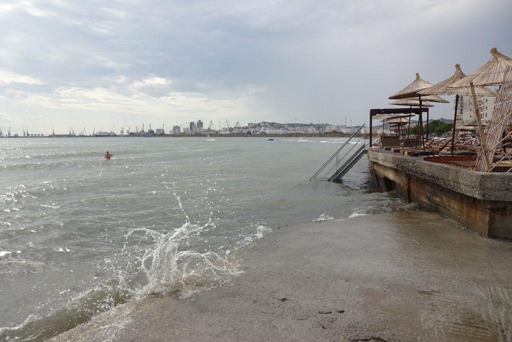 Бетонная часть пляжа, тут почище