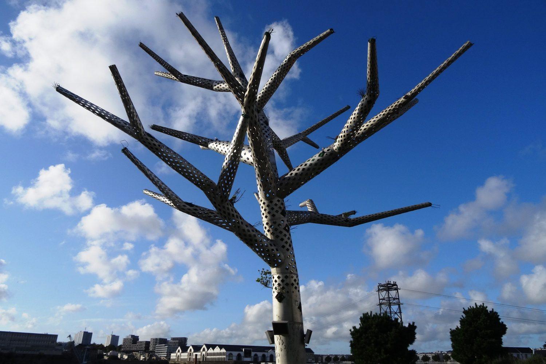 А это дерево создано из металла и органических материалов. Напоминает о бережном отношении к природе