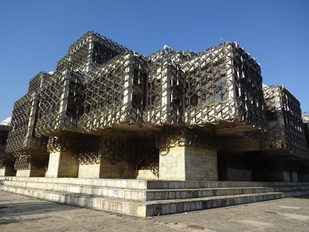 И вот такое здание Национальной библиотеки! Построено в 80-е годы прошлого века