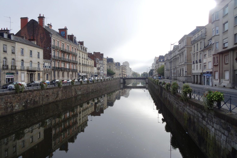 В самом центре в реке Вилен отражаются дома...