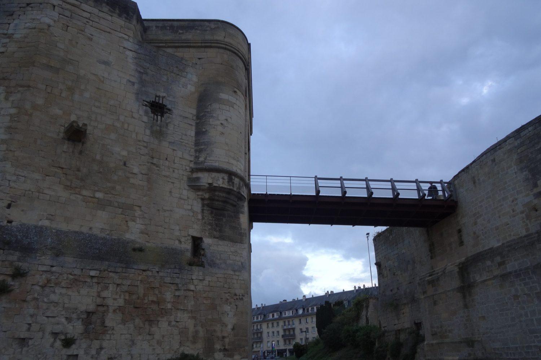 С отдельной стоящей башни (барбакана) на территорию замка переброшен мостик