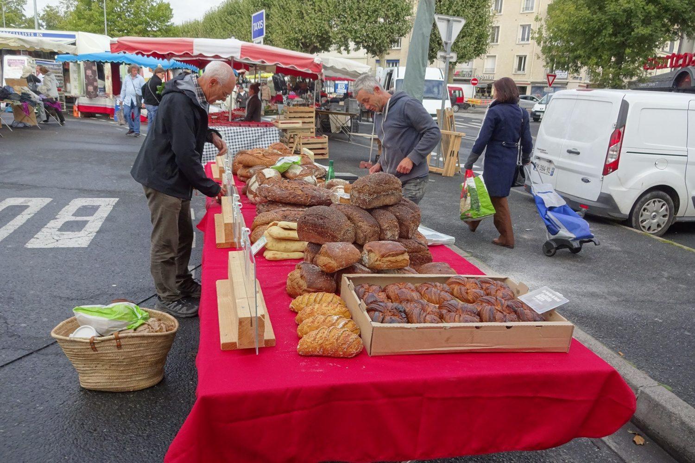 Например, здесь продают потрясающе вкусный свежий хлеб