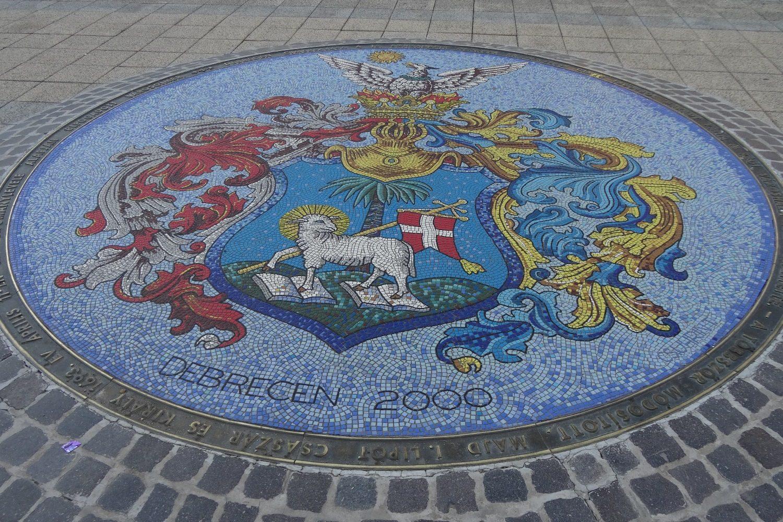 Огромный мозаичный герб на площади