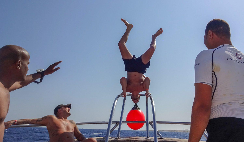 Кто-то занимается спортом на носу корабля