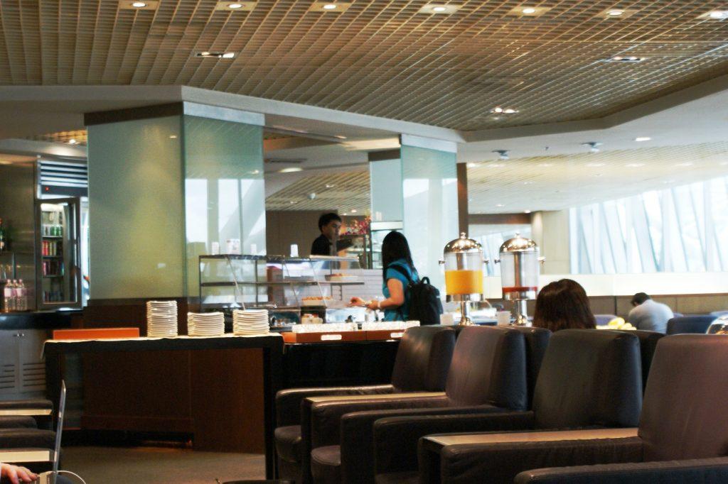 Бизнес-зал в аэропорту Бангкока. На удивление пусто
