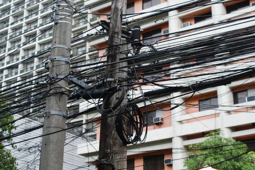 А чего провода вечно кадрам мешают? Пусть будут один провода