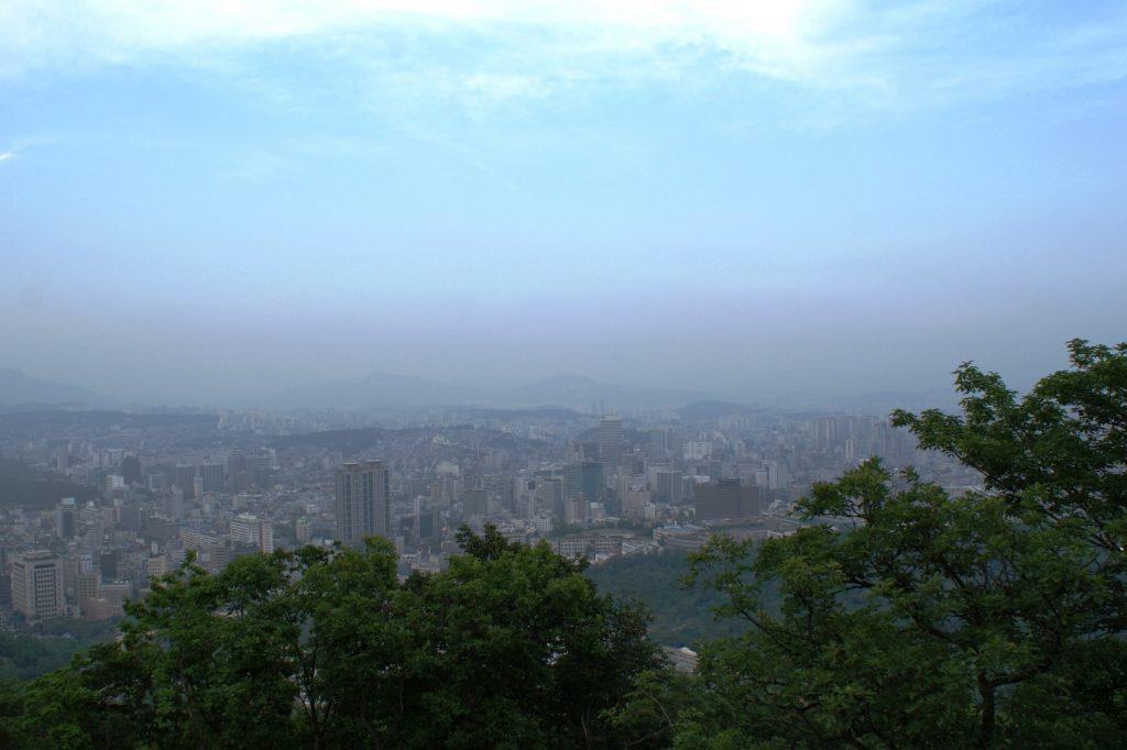 Поднялись почти к телебашне, чтобы сверху посмотреть на Сеул