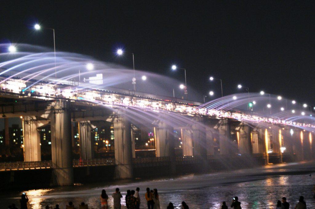 Фонтан радуги - шикарный мост в Сеуле