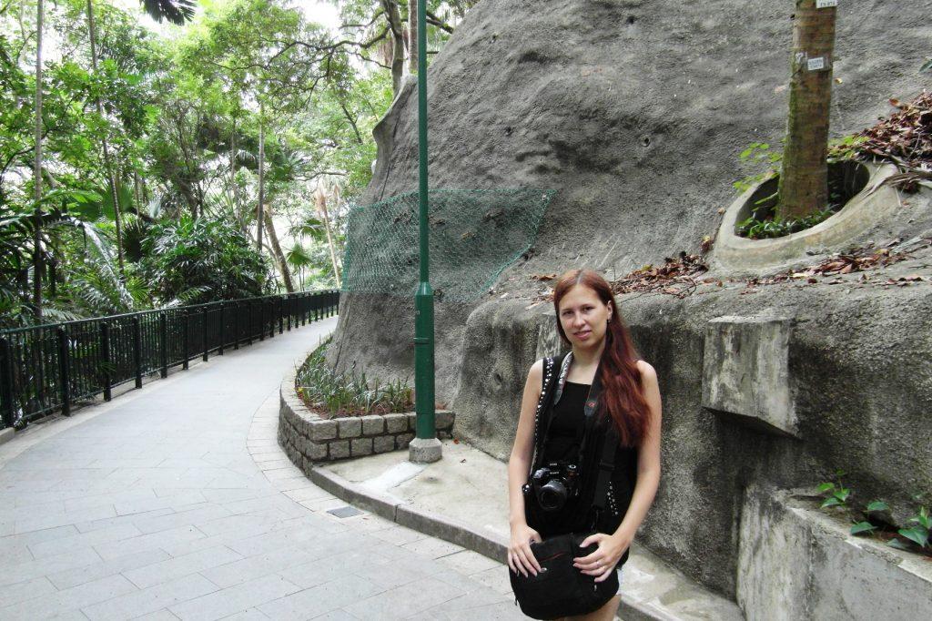 Пришла в парк - спрятаться от жары в том числе