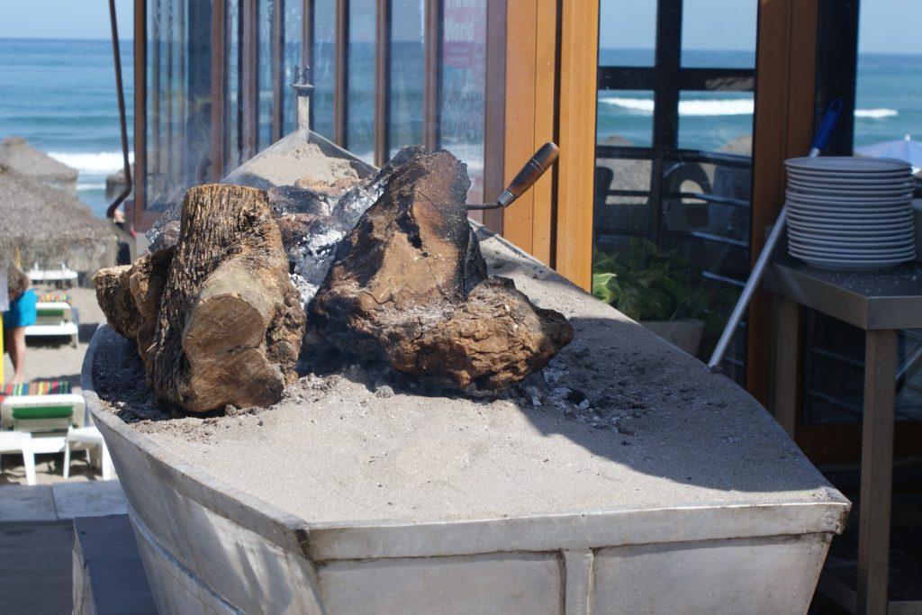 В старых лодках готовят на углях сардины. Очень вкусные!