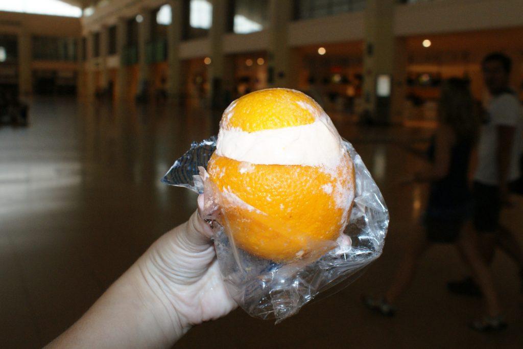 Мороженое с апельсиновой мякотью. Хранится прямо в апельсиновой кожуре