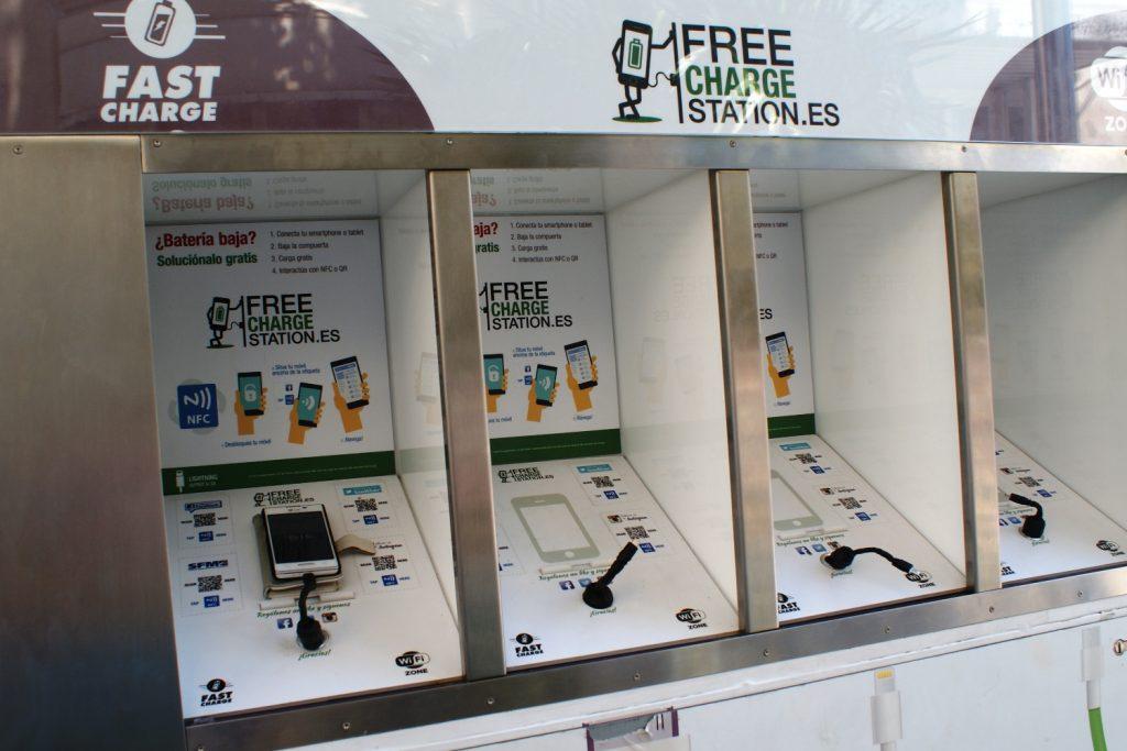 На станции в Пальма-де-Майорке вот такие удобные устройства. Wi-Fi и зарядка