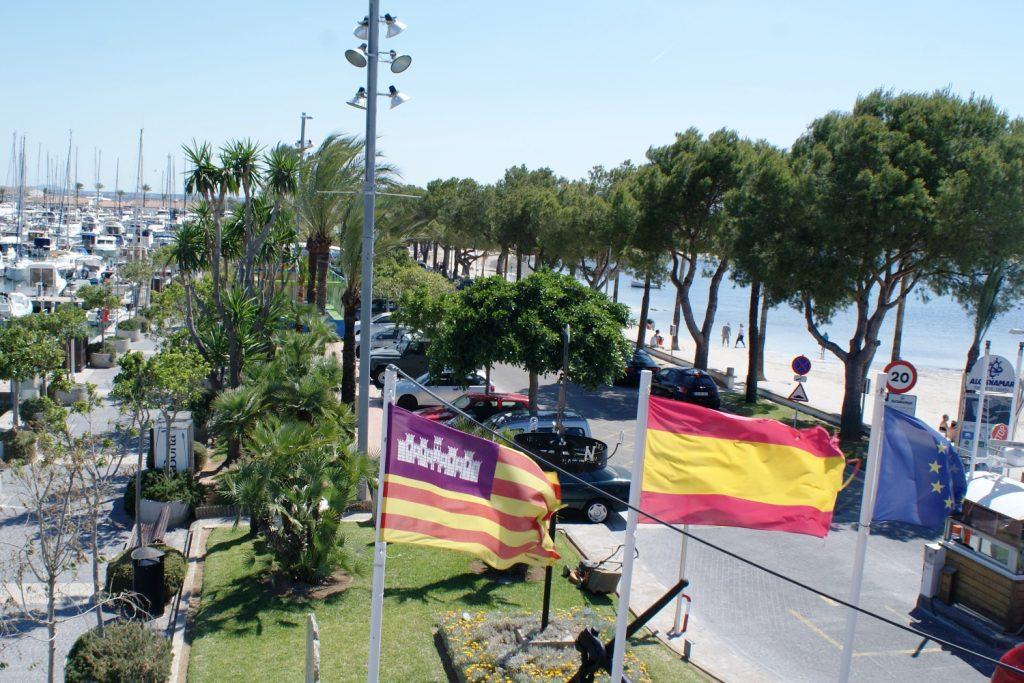 Флаги: Испания и Майорка