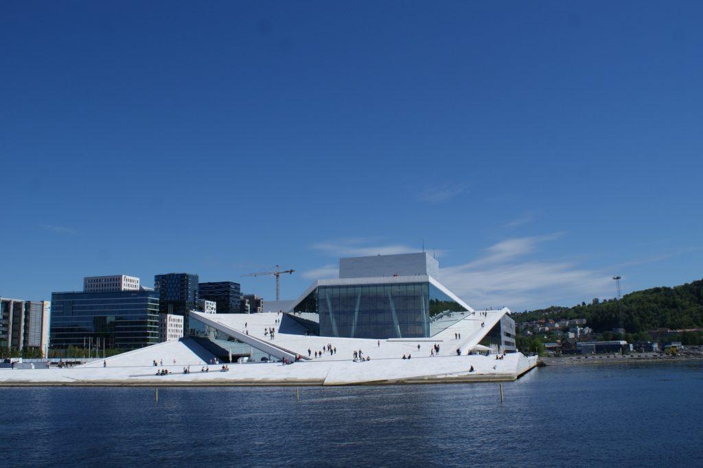 Оперный театр - очень необычное сооружение