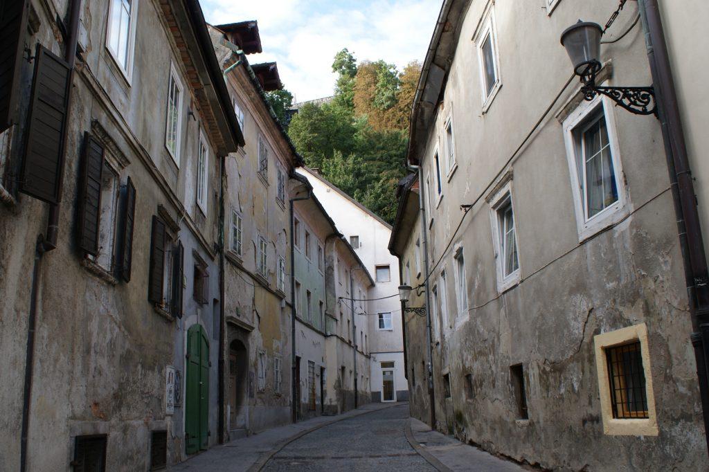 Узкая улочка, уводящая на гору