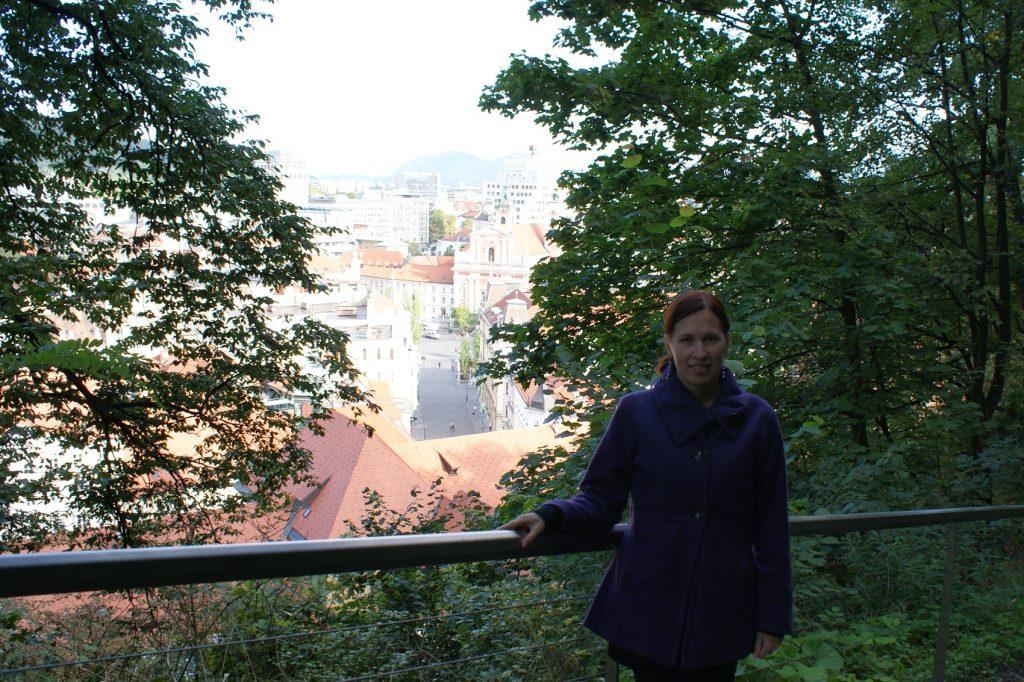 Я пыталась отказаться от подъема на гору, но Наталия Витальевна и Аня меня уговорили: и посмотрите - какие шикарные отсюда виды! Домики, черепичные крыши, горы... Спасибо!