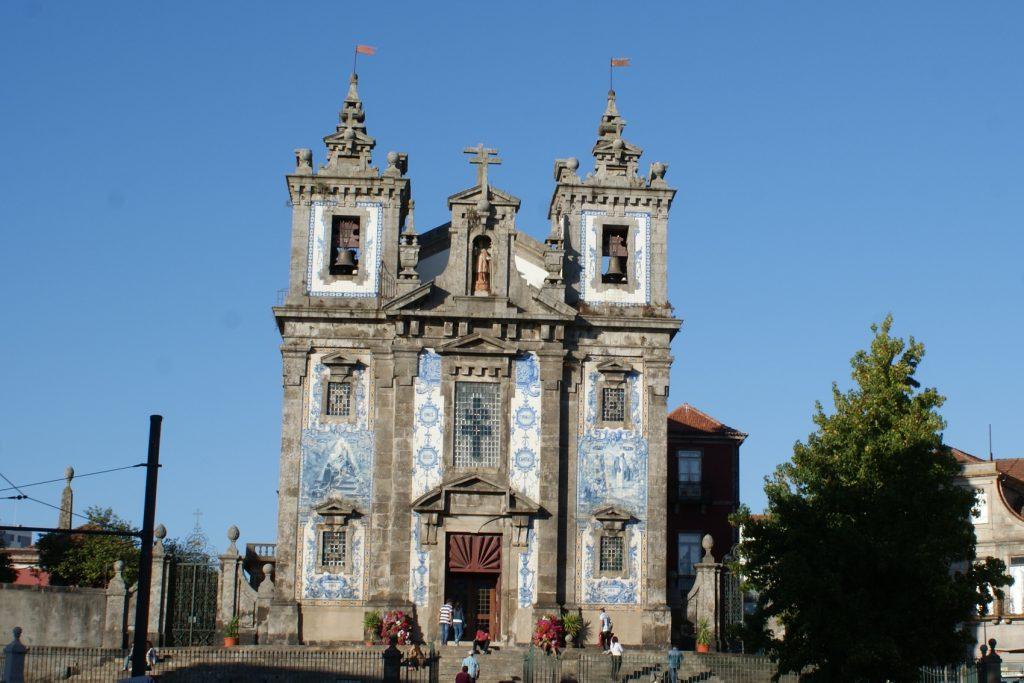 Азулежу - традиционная португальская плитка. Здесь ею могут выложить что угодно